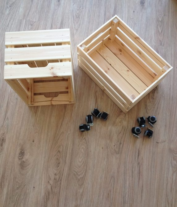 diy kisten nachttisch mit rollen mintm dchen. Black Bedroom Furniture Sets. Home Design Ideas